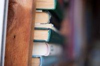 grzbiety książek na półce
